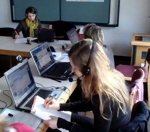 Die Fortbildungsteilnehmer probieren einigen Online-Aktivitäten aus